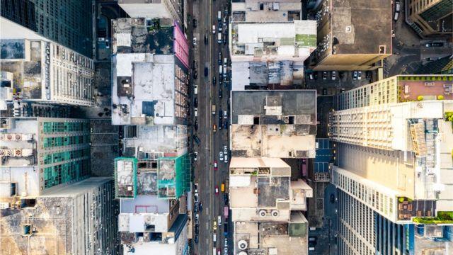 Una ciudad con edificios y calle sin lugares verdes.