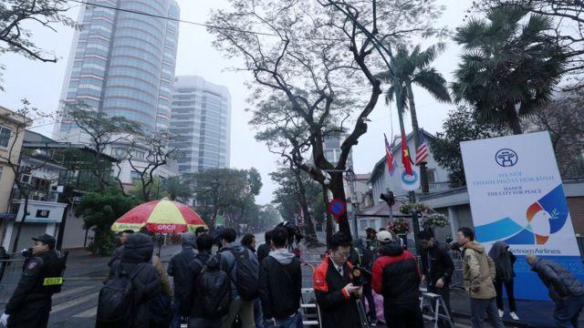 김정은 위원장 숙소로 유력한 베트남 하노이 멜리아호텔 앞에서 세계 각국 취재진이 대기하고 있다
