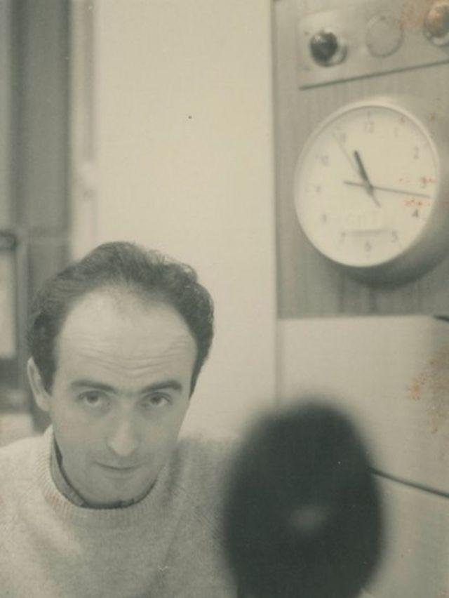 Vladimir Herzog em fotografia provavelmente tirada no estúdio da Rádio BBC de Londres.