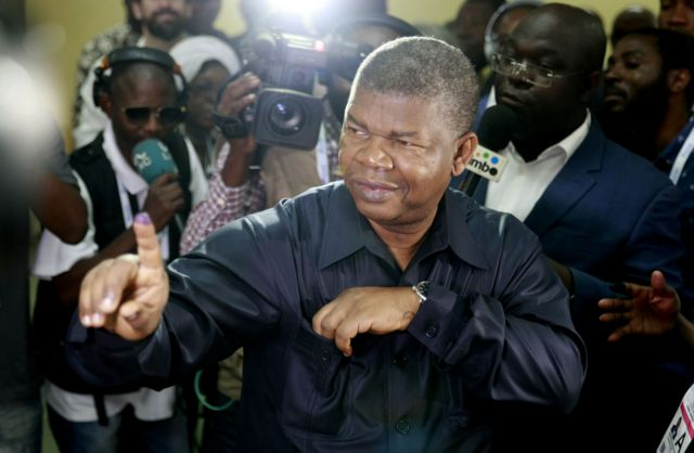 Di People's Movement for the Liberation of Angola) presidential candidate Joao Lourenco dey show im ink finger after im votie inside Luanda for August 23, 2017 when di general election hold.