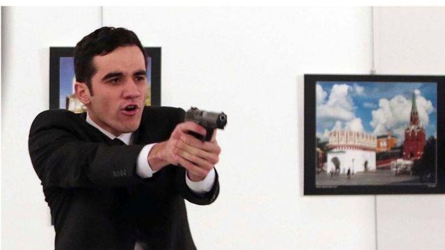 Cảnh sát viên Thổ Nhĩ Kỳ Mevlut Mert Altintas ngay sau khi nã đạn vào đại sứ Nga Andrey Karlov hôm 19/12