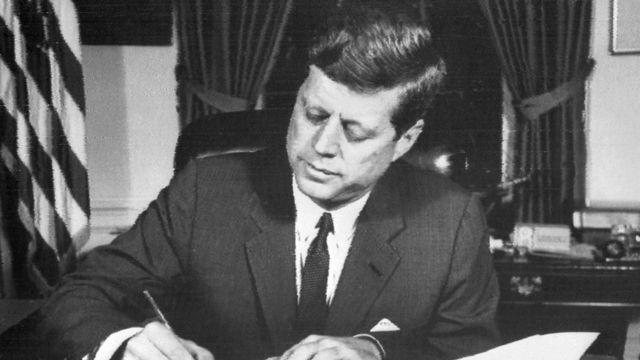Kennedy firma un documento en 1962