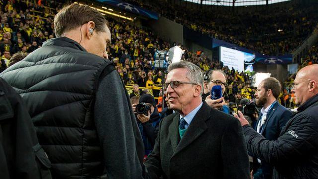 Le ministre allemand de l'intérieur serrant la main de l'entraineur de Dortmund
