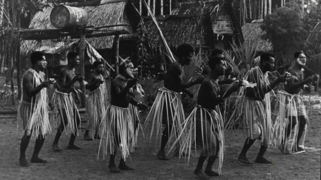 Pobladores de las islas Trobriand, en Papúa Nueva Guinea, en una danza ritual