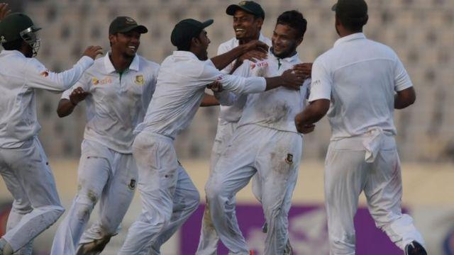 जश्न मनाते हुए बांग्लादेश की टीम