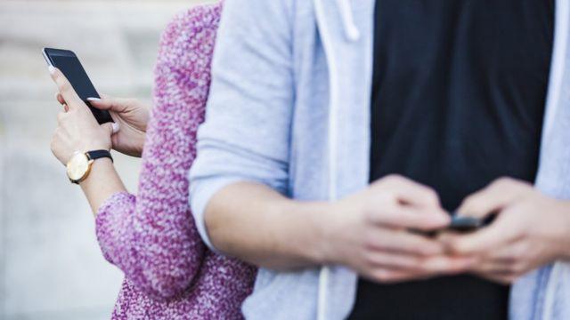 Люди посылаюти сообщения с мобильных телефонов