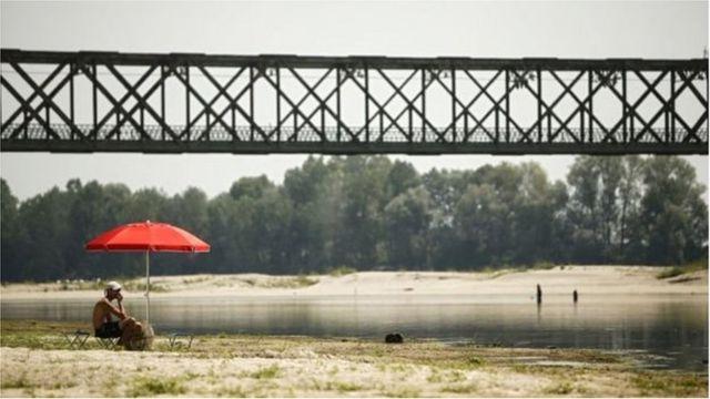 Mực nước sông thấp ở Sông Po gần Pavia, miền Bắc Italy