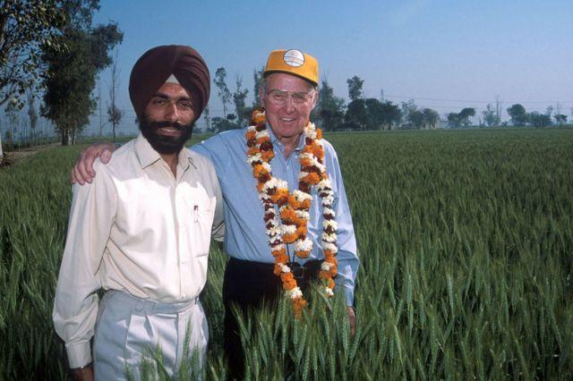 Norman Borlaug con el agricultor indio Pradeep Singa