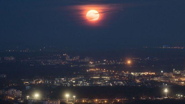 Imagen de la luna gigante en el cielo de Berlín.