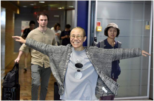 在從北京抵達芬蘭赫爾辛基機場等待轉機時,劉霞滿張開雙臂走向接機的人,神色愉悅。