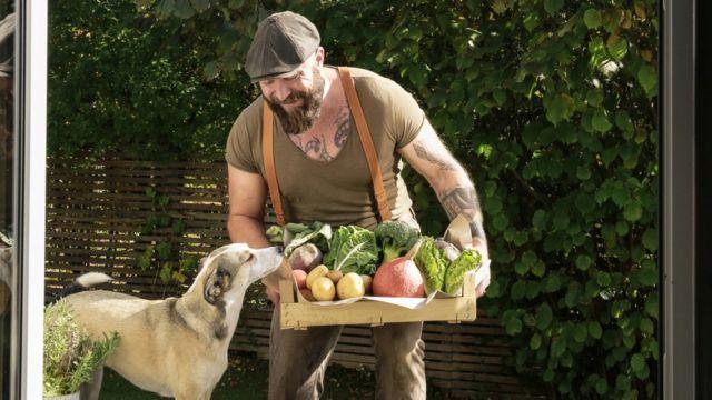 Hombre con verduras y perro