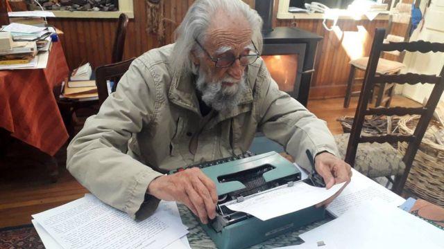 Soublette y su máquina de escribir
