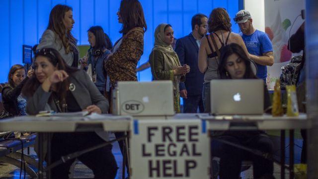 ロサンゼルス国際空港で無料相談を提供する移民専門の弁護士たち(29日)