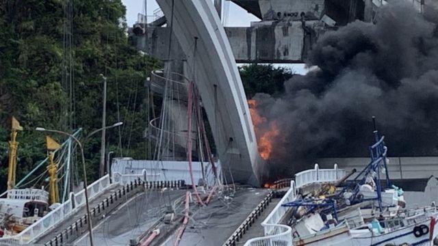油罐車下墜後起火燃燒。
