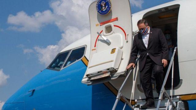 Pompeo in mask, descending ladder in the plane
