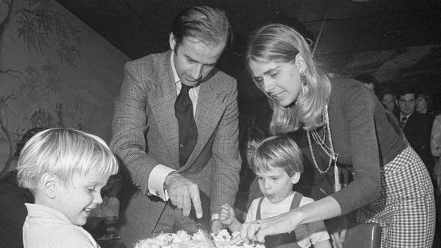 Joe Biden junto a su primera esposa y sus hijos.