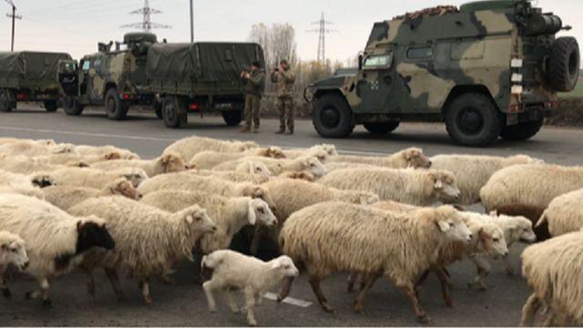 Российские военные на дороге в Карабах