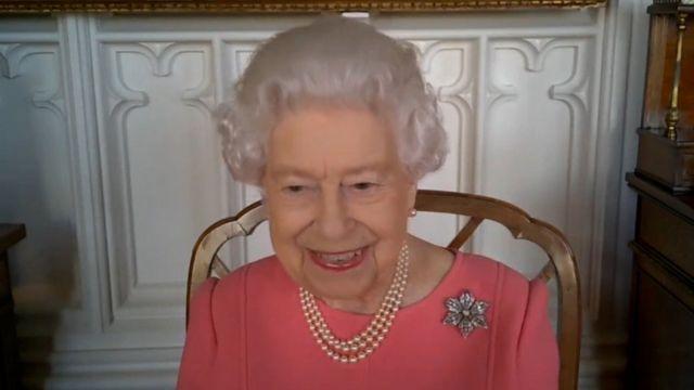 «Это совсем не больно». Королева Елизавета II призвала британцев сделать прививку от коронавируса