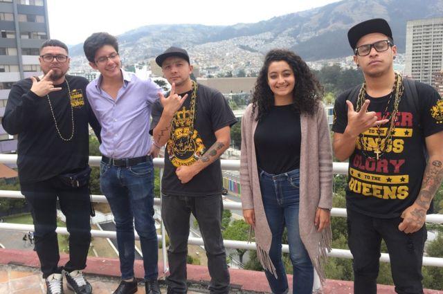 Latin Kings con estudiantes