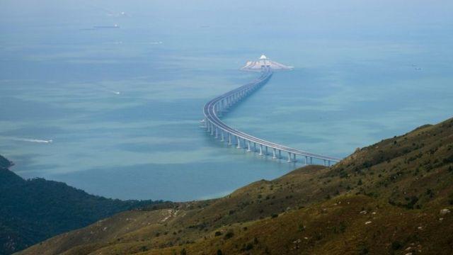 ساحل سے ہانگ کانگ-جوخائے-مکاؤ پل کا منظر جو سمندری سرنگ نظر آتا ہے