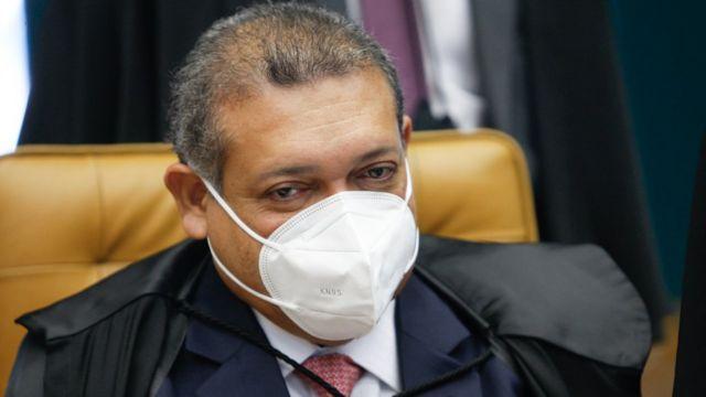 Nunes Marques, de máscara, sentado em cadeira