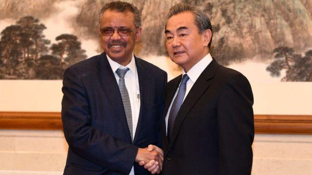 El director general de la OMS, Tedros Adhanom, junto al ministro de Exteriores de China, Wang Yi.