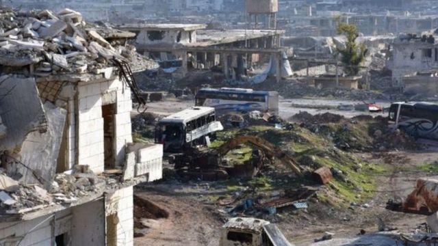 قالت وسائل إعلام حكومية إن حافلات شوهدت وهي تدخل إلى حلب الشرقية لكن بعد مرور ساعات لم تغادر