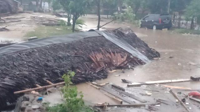 Tsunami menerjang beberapa wilayah pantai di Selat Sunda