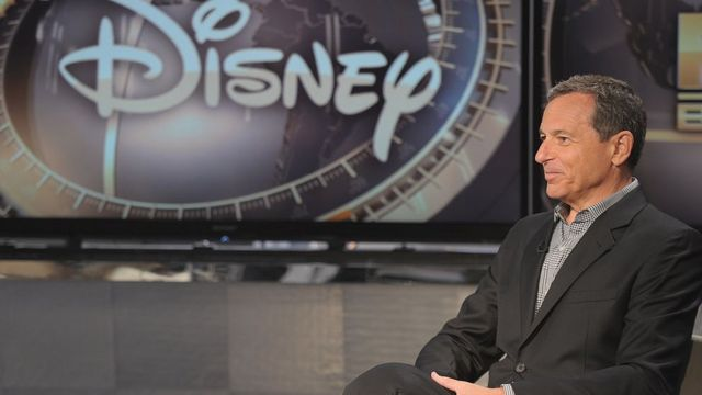 Bob Iger frente a banner de Disney