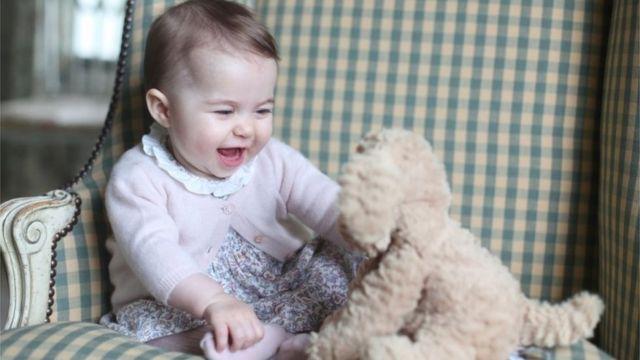 生後6カ月となったシャーロット英王女