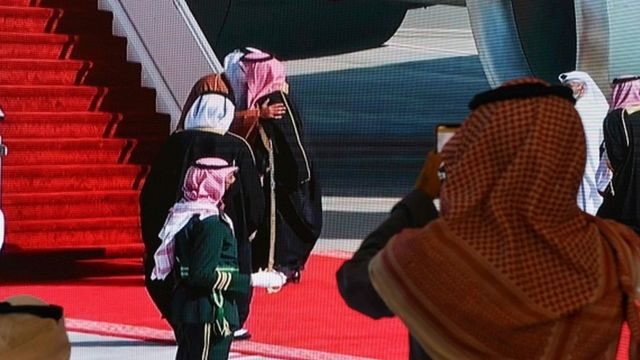 Muhammed bin Salman ve El Sani'nin sarılması, zirveyi izleyen gazetecilerin olduğu salondaki ekrana yansıd