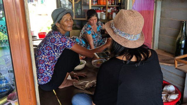Bà Nguyễn Thị Diện (trái), 65 tuổi, nói ở khu tạm cư này khổ nhất là phụ nữ vì không có chỗ tắm và nhà vệ sinh
