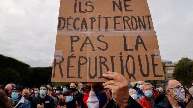 روی این پلاکارد نوشته شده که «آنها نمیتوانند سر جمهوری ما را ببرند»