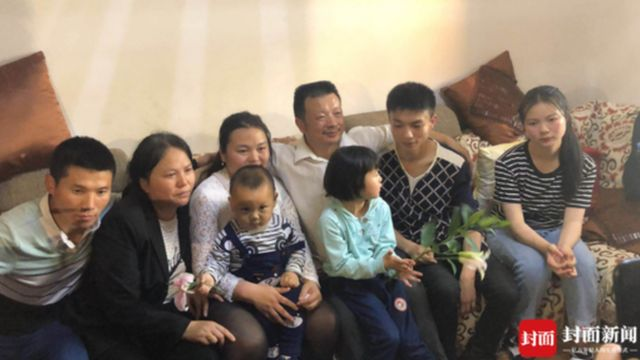 Kang Ying, Wang Mingqing and the rest of her family gather for a family photo