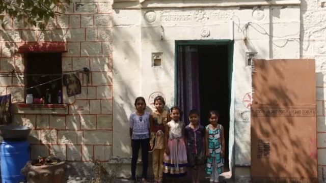 """أطفال قرية """"شاني شينغنابور"""" الهندية"""