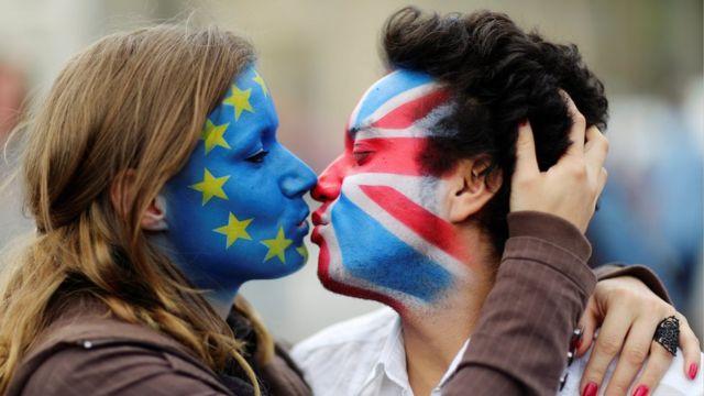 Ativistas pró-UE se beijam com rostos pintados de bandeiras de Reino Unido e da União Europeia