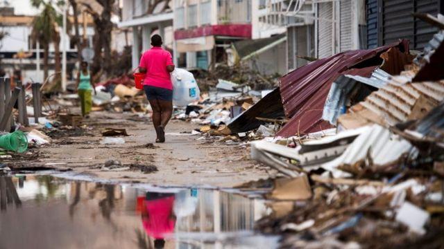 Una mujer pasa entre los escombros en Marigot, en la parte francesa de San Martín.