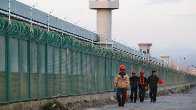 چین حدود یک میلیون ایغورها را در این ارودگاههای اجباری گنجانده و میگوید قصد بازآموزی انها را دارد تا جلوی افراطیگری مذهبی و تروریسم را بگیرد