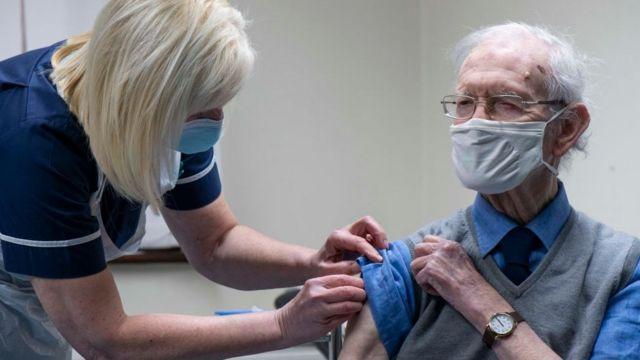 Paciente en Reino Unido recibiendo la vacuna de Oxford.