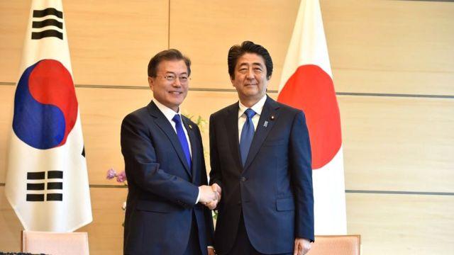 Presidente surcoreano Moon Jae-in y el primer ministro de Japón Shinzo Abe.