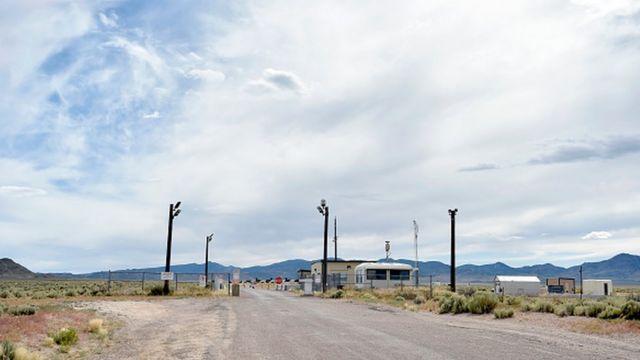 """Одни из ворот сверхсекретной базы в штате Невада, известной как """"Зона 51"""""""
