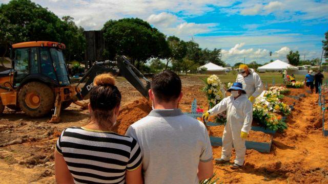Familiares durante el funeral de una víctima de covid en Manaos