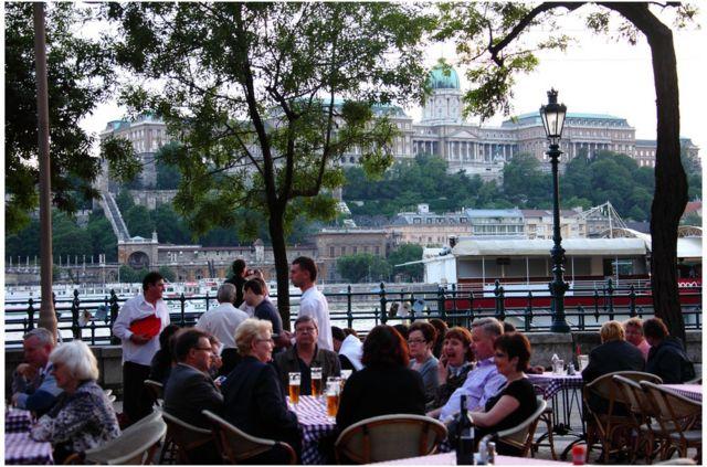 布达佩斯的许多社区已经重获新生,新开了许多酒吧和咖啡厅。