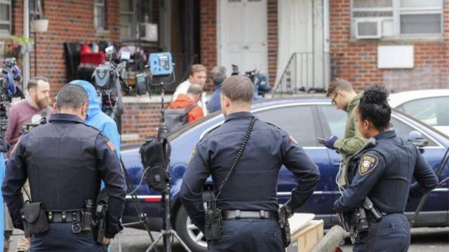 Масштабдуу иликтөө иштери уланып жатат. Сүрөттө полиция Саиповдун Нью-Жерсидеги үйүнүн жанында турат.