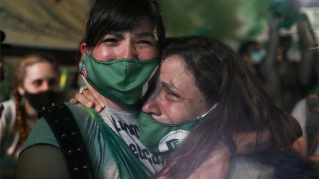 Mulheres emocionadas após aprovação da legalização do aborto no Senado argentino