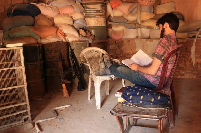 Omar leyendo en su puesto de combate.