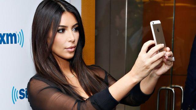 Kim Kardashian tomándose un selfie