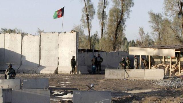 カンダハル空港入り口を警備するアフガン国家治安部隊(9日)