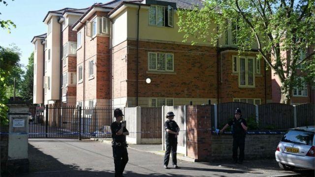 Policías en una operación en Whalley Range, Manchester
