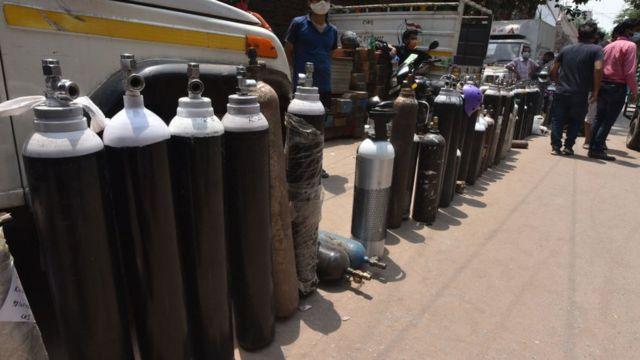 印度新德里Bhogal Jangpura社区民众在街头轮候给氧气瓶充气(1/5/2021)